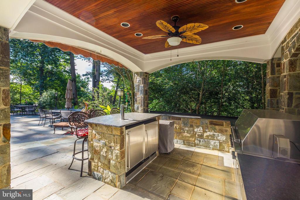 Outdoor kitchen area - 658 LIVE OAK DR, MCLEAN
