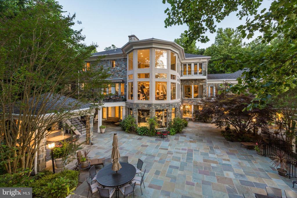 Large patio, perfect for outdoor entertainment - 658 LIVE OAK DR, MCLEAN
