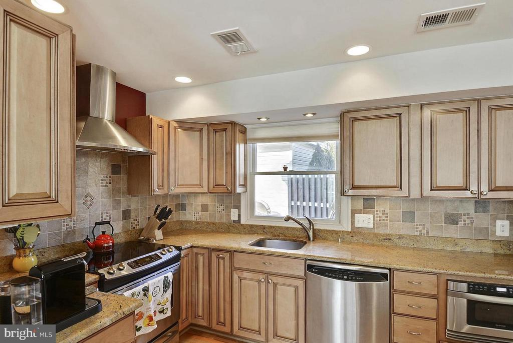 North Unit Stainless Steel Appliances - 5806 FLANDERS ST, SPRINGFIELD