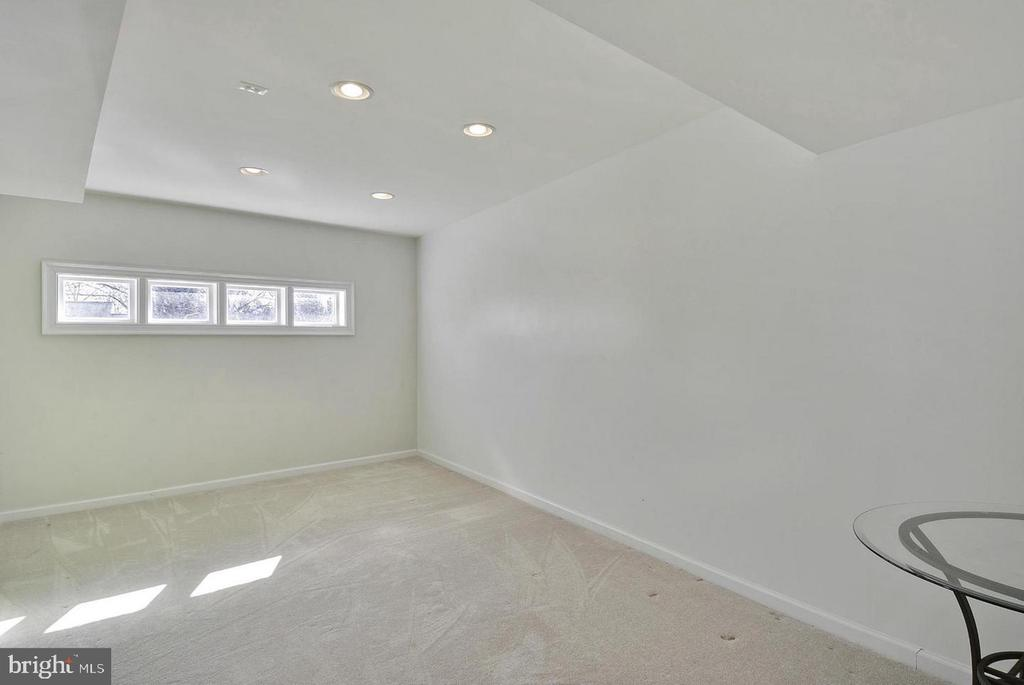 North Unit Bonus Room on Main Level - 5806 FLANDERS ST, SPRINGFIELD