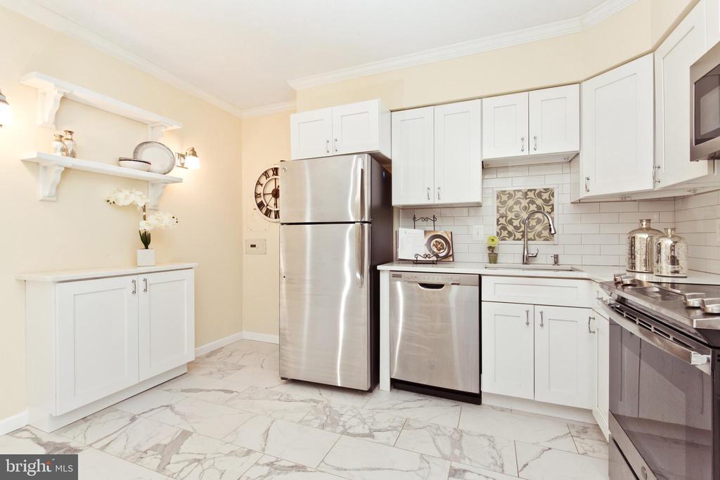 Upgraded kitchen - 1805 CRYSTAL DR #810S, ARLINGTON