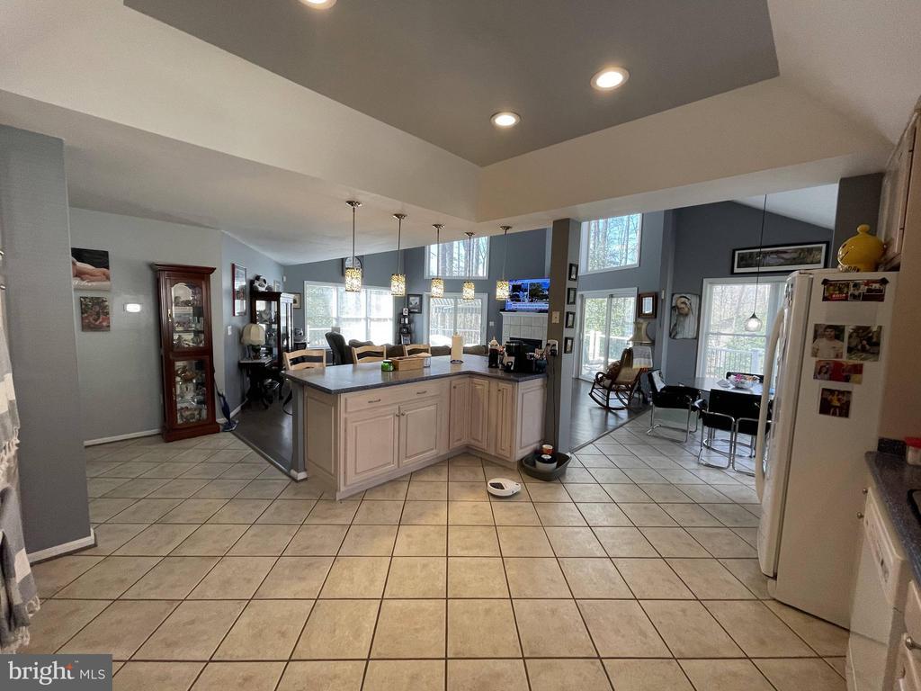 Kitchen to den - 105 JEFFERSON AVE, LOCUST GROVE