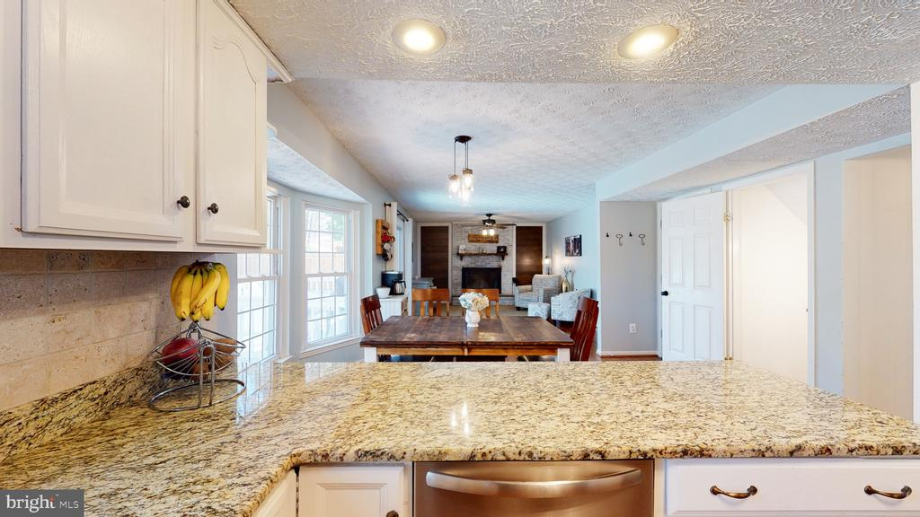 Kitchen overlooks breakfast area and family room - 3014 MEDITERRANEAN DR, STAFFORD