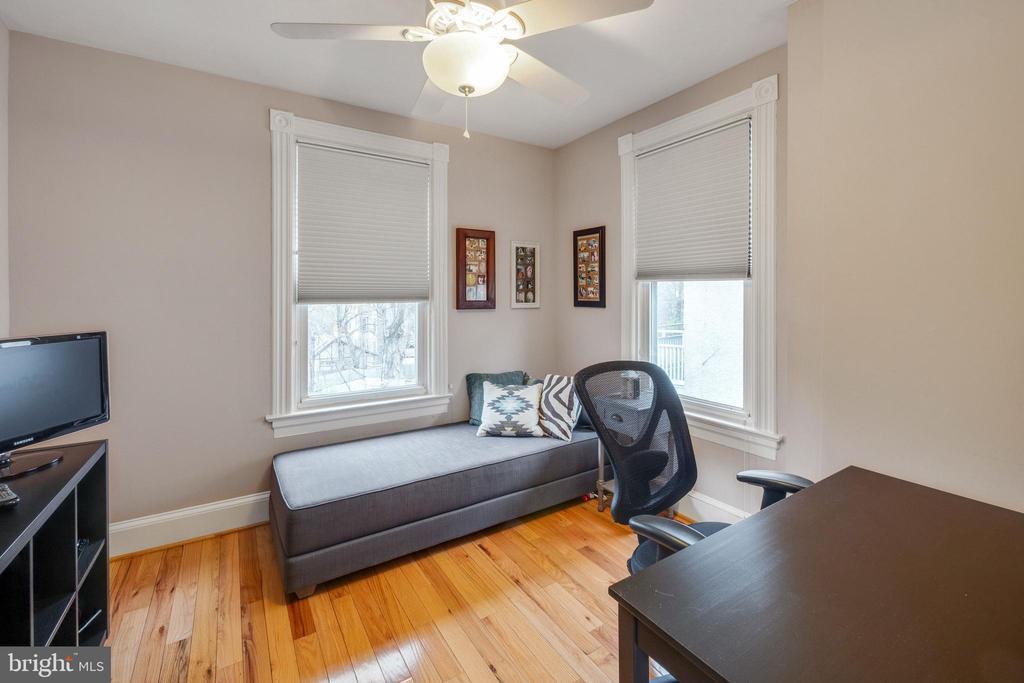 Notice the beautiful hardwood floors - 1244 MONROE ST NE, WASHINGTON