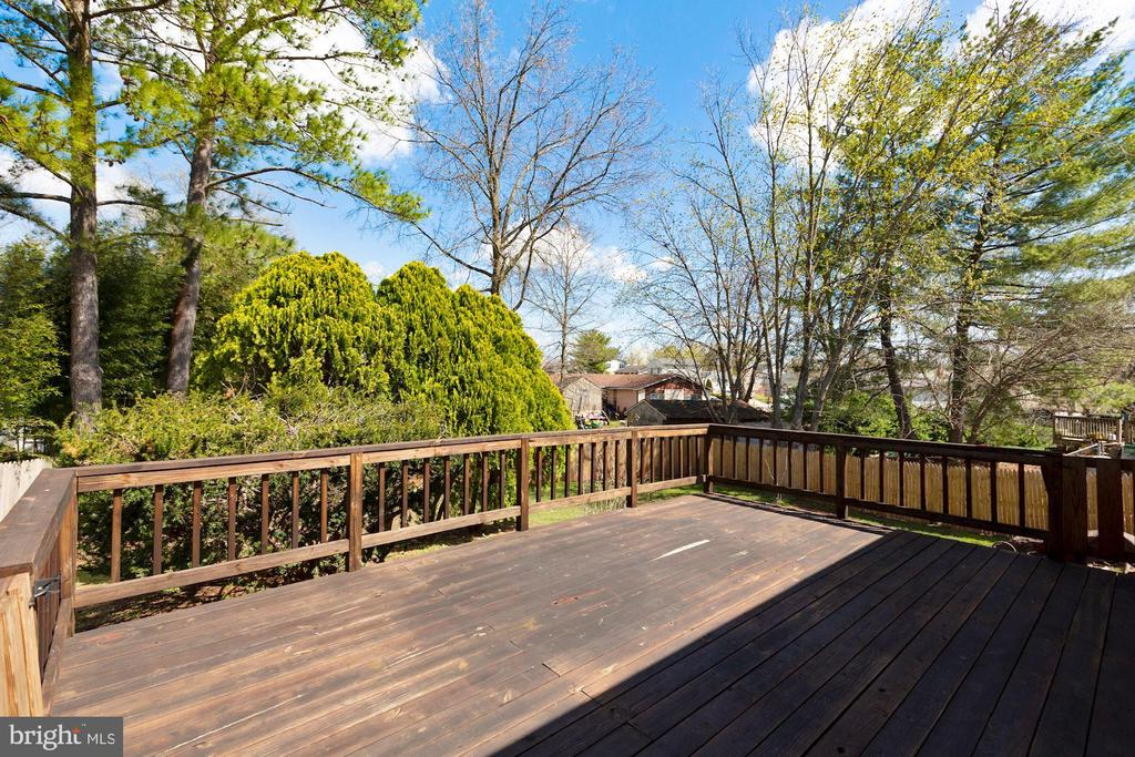 Large deck and mature trees - 304 W VERNON CT, STERLING