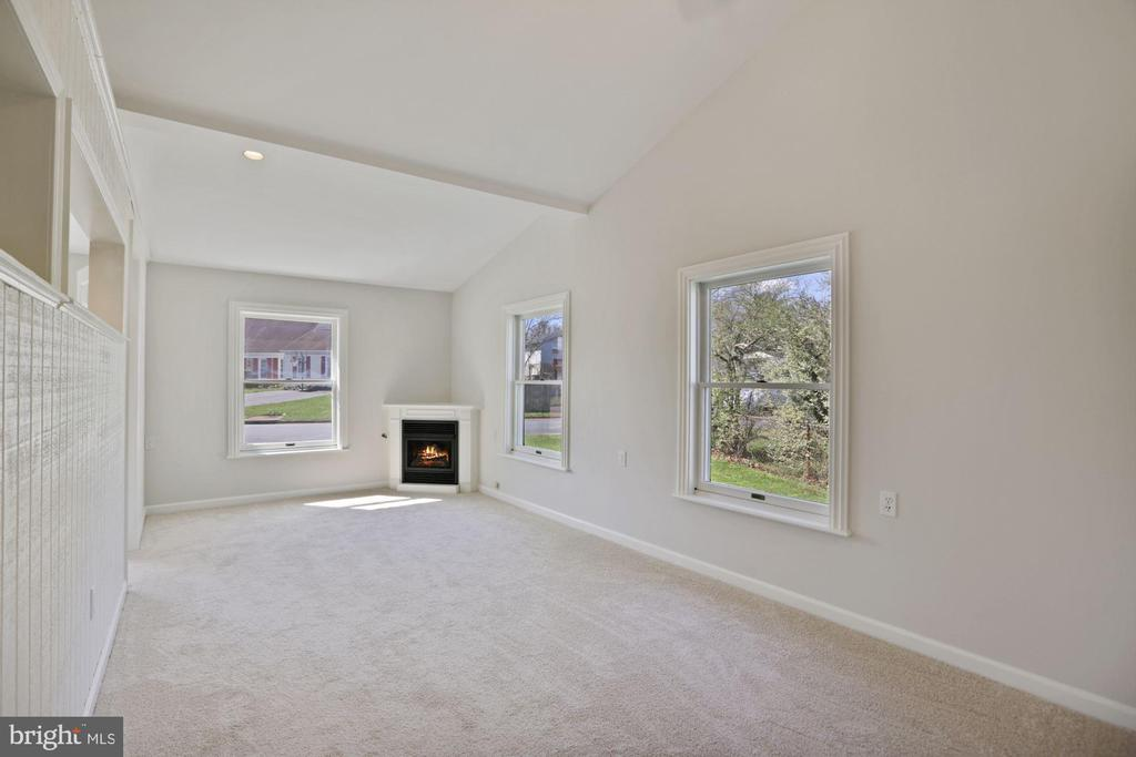 Vaulted ceiling, new paint/carpet await your guest - 304 W VERNON CT, STERLING