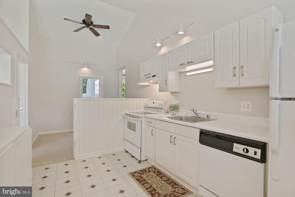 Plenty of cabinet space + full sized appliances - 304 W VERNON CT, STERLING