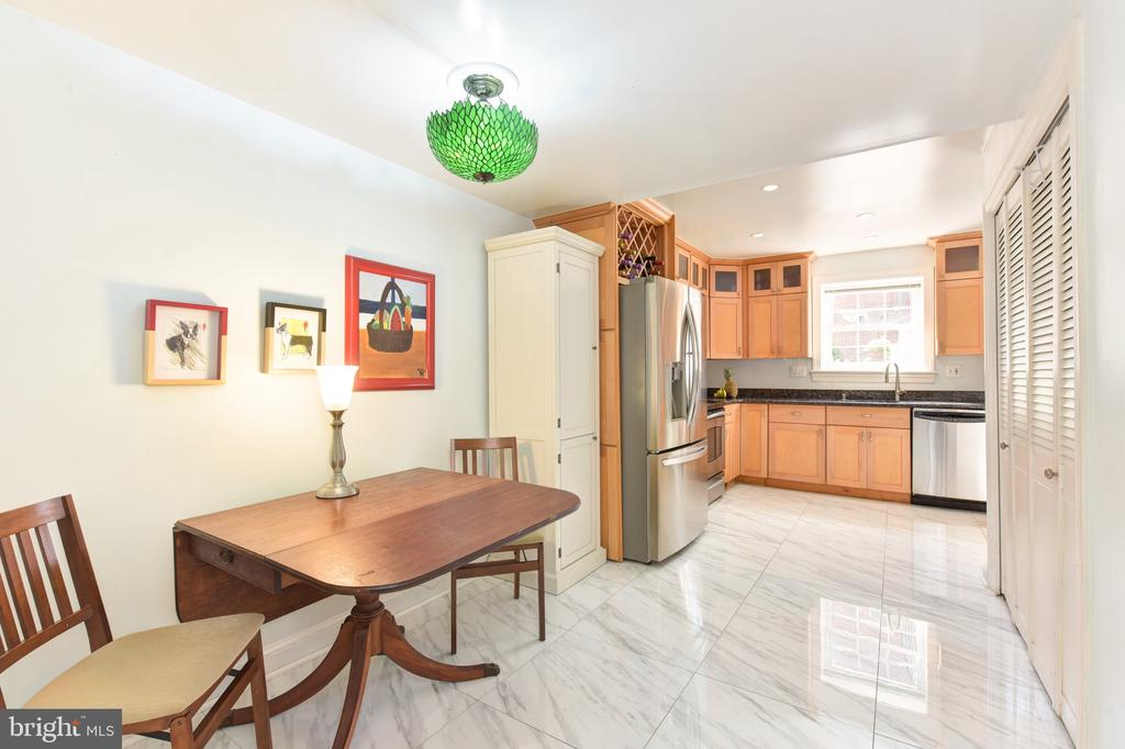 Wonderfully spacious  eat-in kitchen - 320 N ROYAL ST, ALEXANDRIA