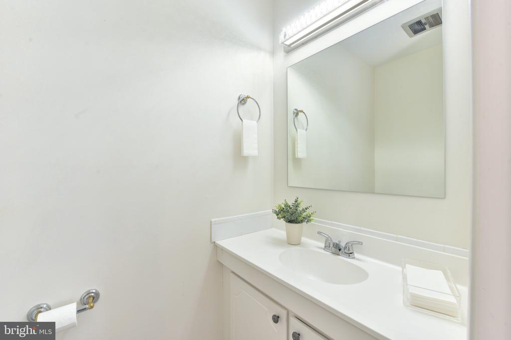 Guest's half bath on Living Room level - 320 N ROYAL ST, ALEXANDRIA