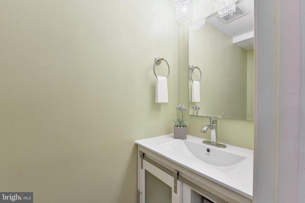 Renovated half bath! - 320 N ROYAL ST, ALEXANDRIA