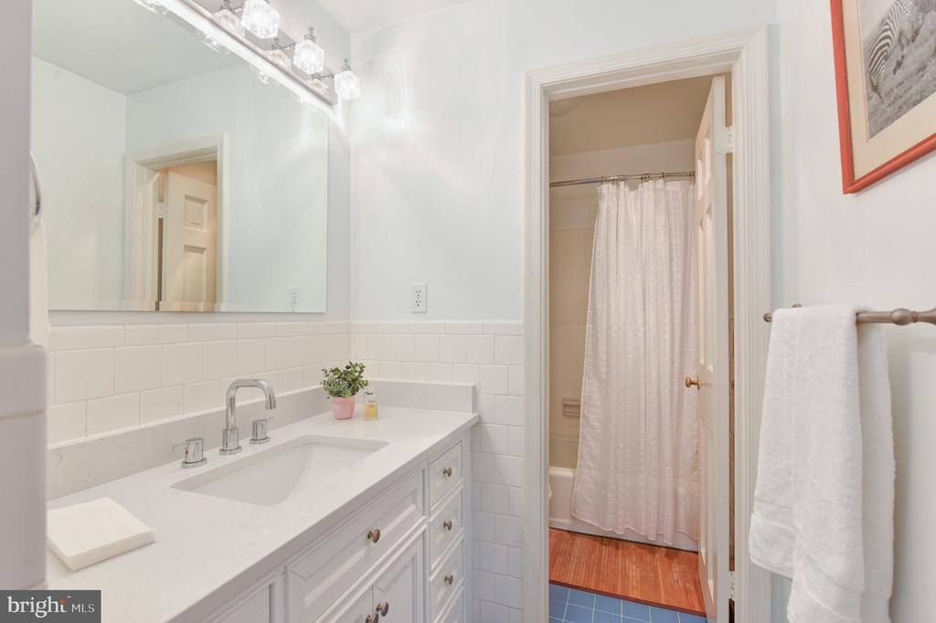 Upper level full bath - 320 N ROYAL ST, ALEXANDRIA