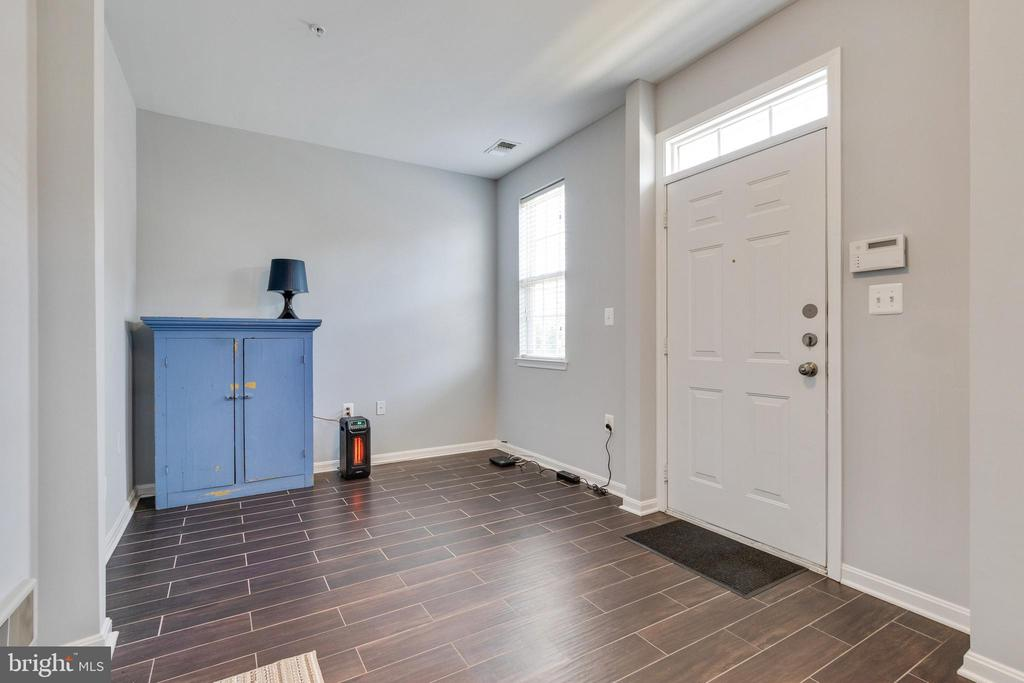 Entry view from main entrance and garage - 21786 JARVIS SQ, ASHBURN