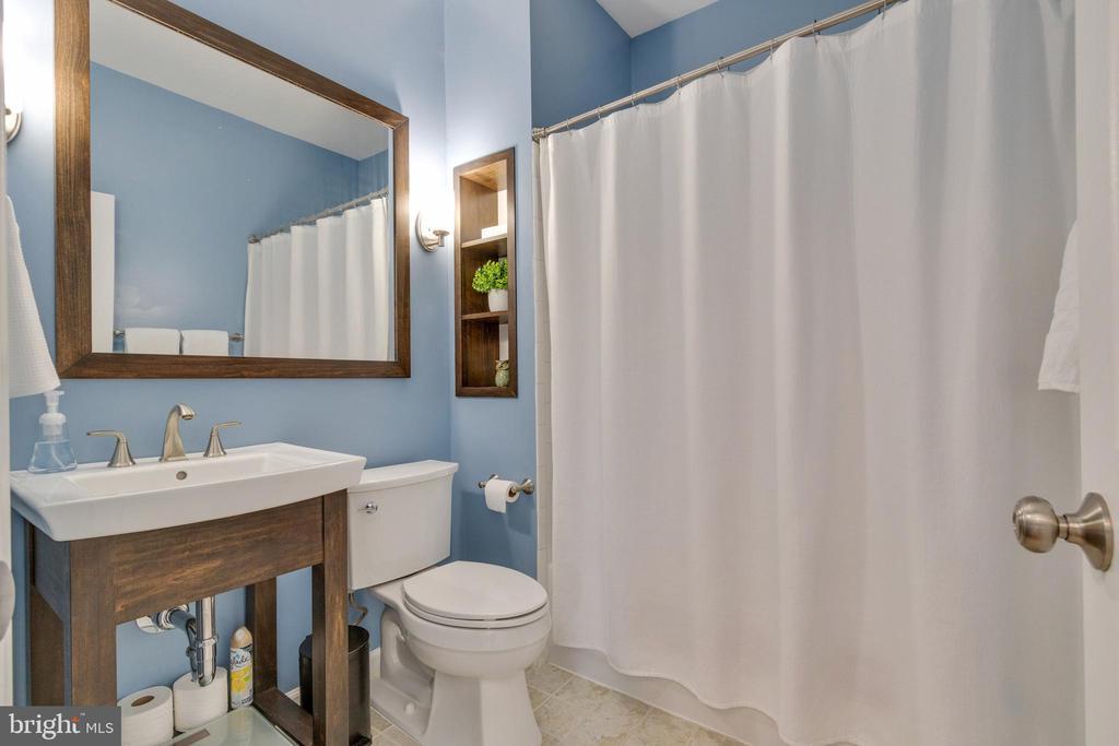 Updated bathrooms - 21786 JARVIS SQ, ASHBURN