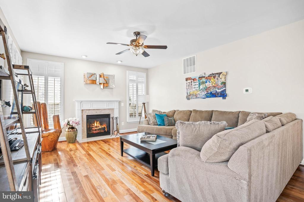 Kitchen opens to family room with gas fireplace - 43191 BURSTALL CT, LEESBURG