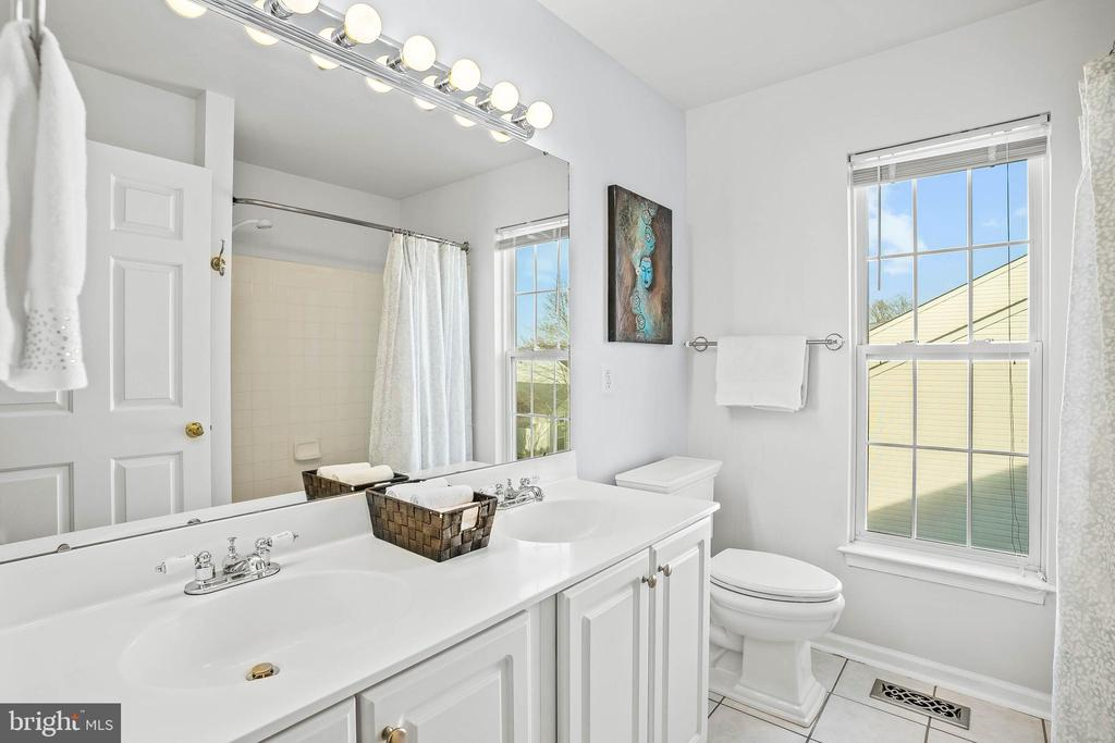 Lovely hall bath with dual sinks - 43191 BURSTALL CT, LEESBURG