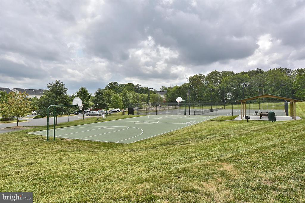 Community basketball court and tennis courts - 43191 BURSTALL CT, LEESBURG