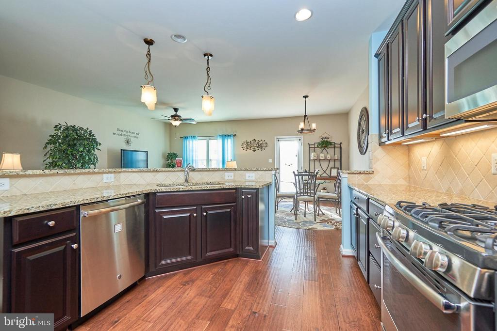 Granite Counter Tops and Backsplash - 7006 DARBEY KNOLL DR, GAINESVILLE