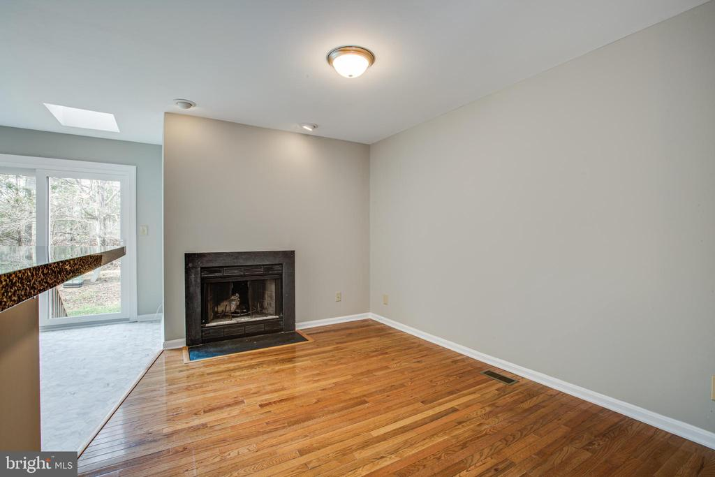 Eat in kitchen / comfort seating area w/ fireplace - 206 CROSSING RD, FREDERICKSBURG
