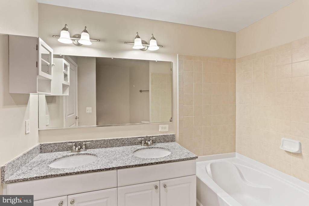 Primary ensuite bath - 3600 S GLEBE RD #310W, ARLINGTON