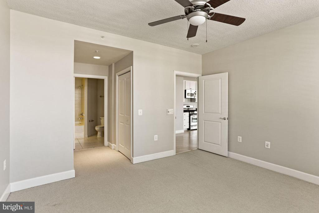 Large primary bedroom with ensuite - 3600 S GLEBE RD #310W, ARLINGTON