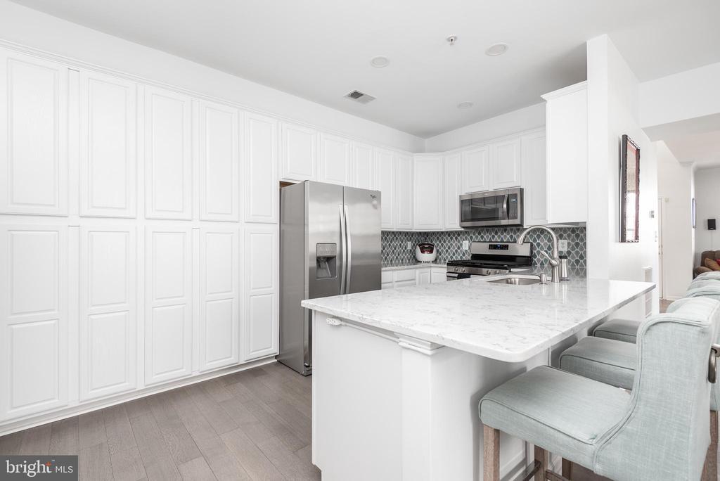 Plenty of bright, white cabinetry - 20261 MACGLASHAN TER, ASHBURN