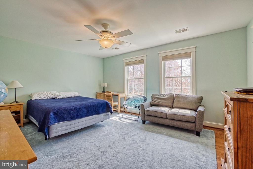 Bedroom #2 with Jack-n-Jill bath & walk-in closet - 6519 ELMHIRST DR, FALLS CHURCH