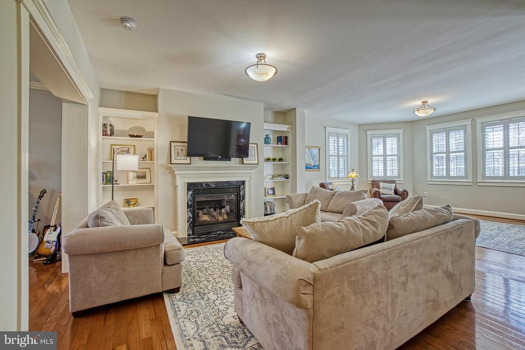 Large Family room with plantation shutters - 6519 ELMHIRST DR, FALLS CHURCH