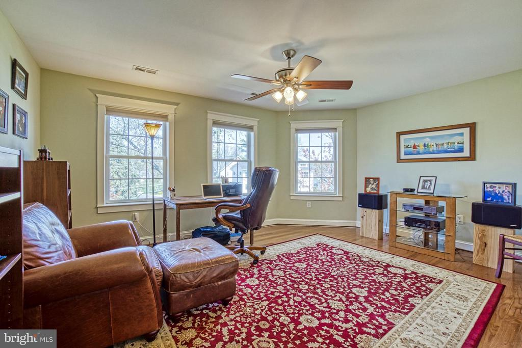 Bedroom #4 w/ direct access to hall bath. - 6519 ELMHIRST DR, FALLS CHURCH