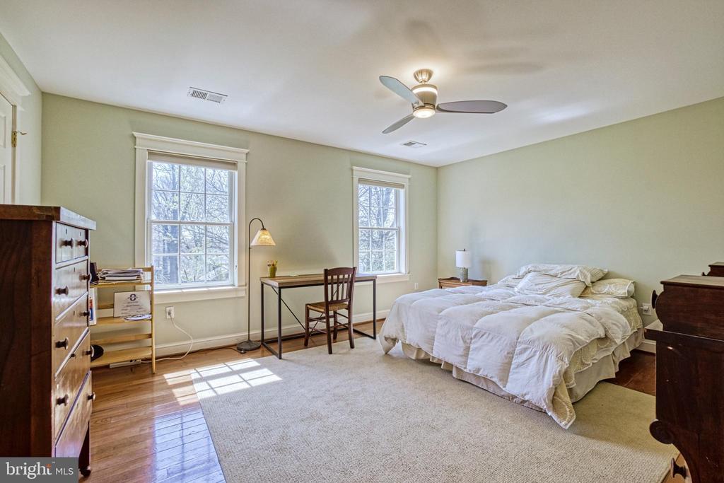 Bedroom #3 with Jack-n-Jill bath & walk-in closet - 6519 ELMHIRST DR, FALLS CHURCH