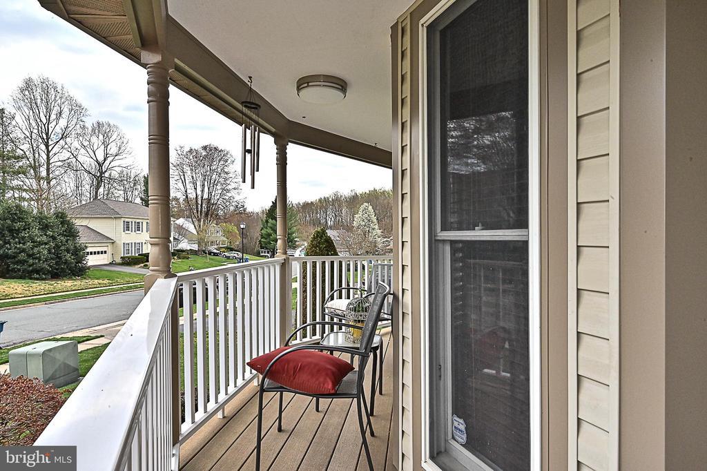 Wraparound porch with Trex decking - 9326 MAINSAIL DR, BURKE