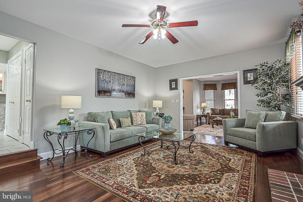 Immaculate home.  Pride of ownership shines! - 9326 MAINSAIL DR, BURKE