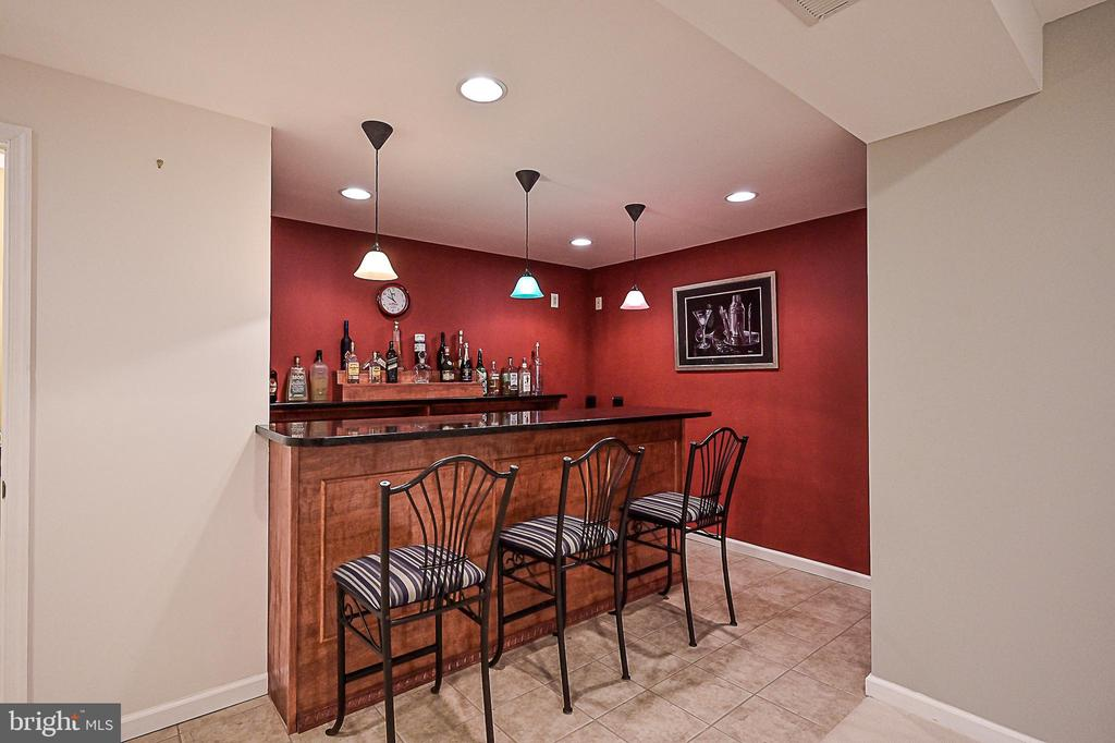Custom, granite topped bar in basement - 9326 MAINSAIL DR, BURKE
