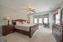 Huge master suite with plush carpet & ceiling fan - 9326 MAINSAIL DR, BURKE