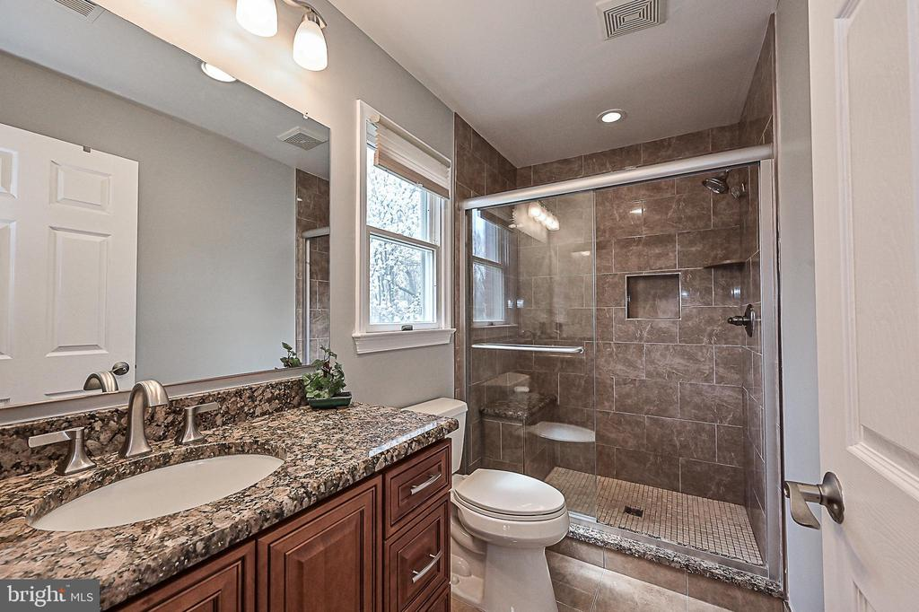 Gorgeous, updated master bath with walk-in shower - 9326 MAINSAIL DR, BURKE