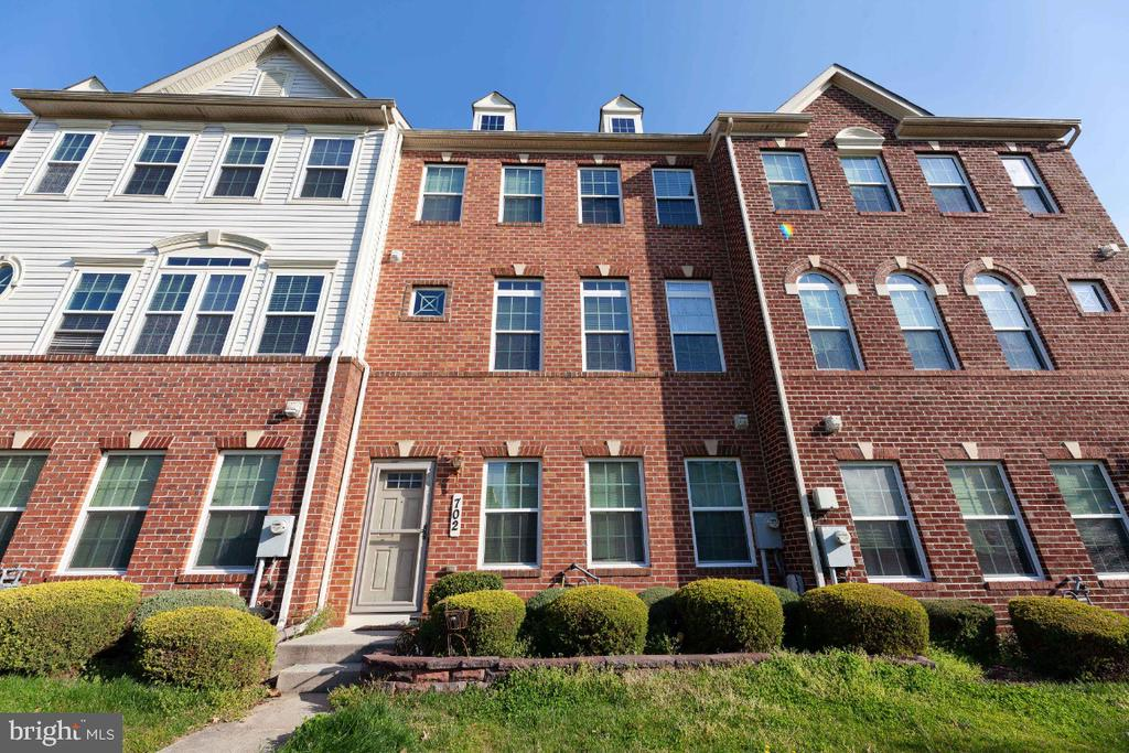 Beautiful Townhome close to metro! - 702 WAVELAND AVE, CAPITOL HEIGHTS