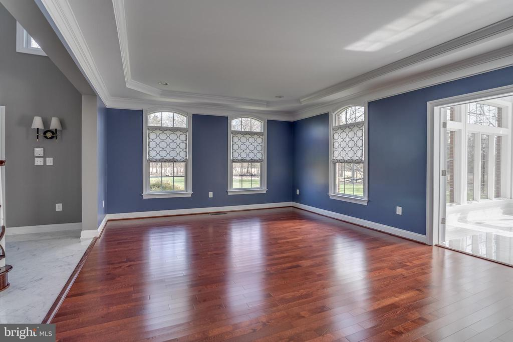 Light Filled Living Room with Tray Ceiling - 22441 BEAVERDAM DR, ASHBURN