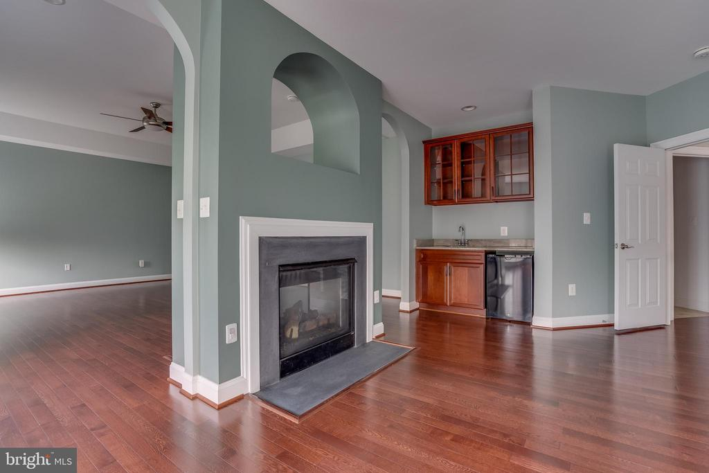 Master Bedroom with Fireplace and Bar - 22441 BEAVERDAM DR, ASHBURN