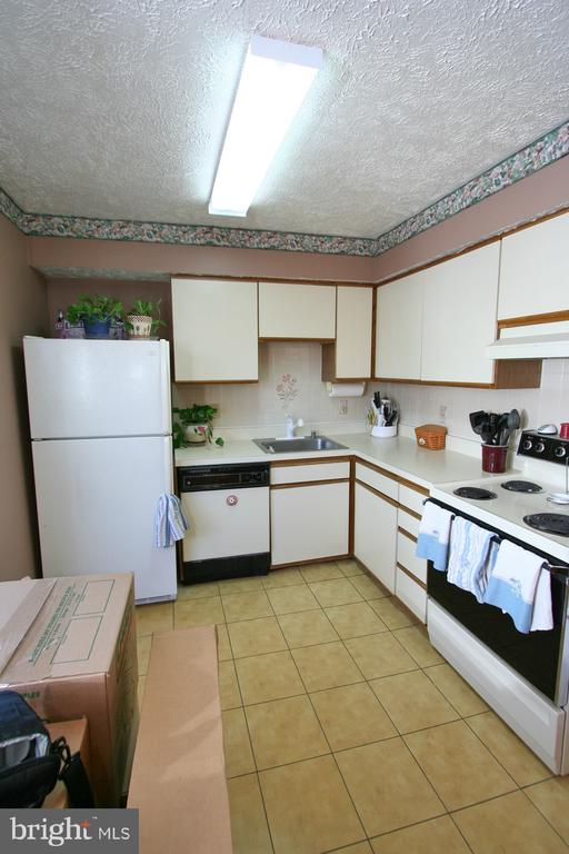 Kitchen with table space - 13970 BIG YANKEE LN, CENTREVILLE