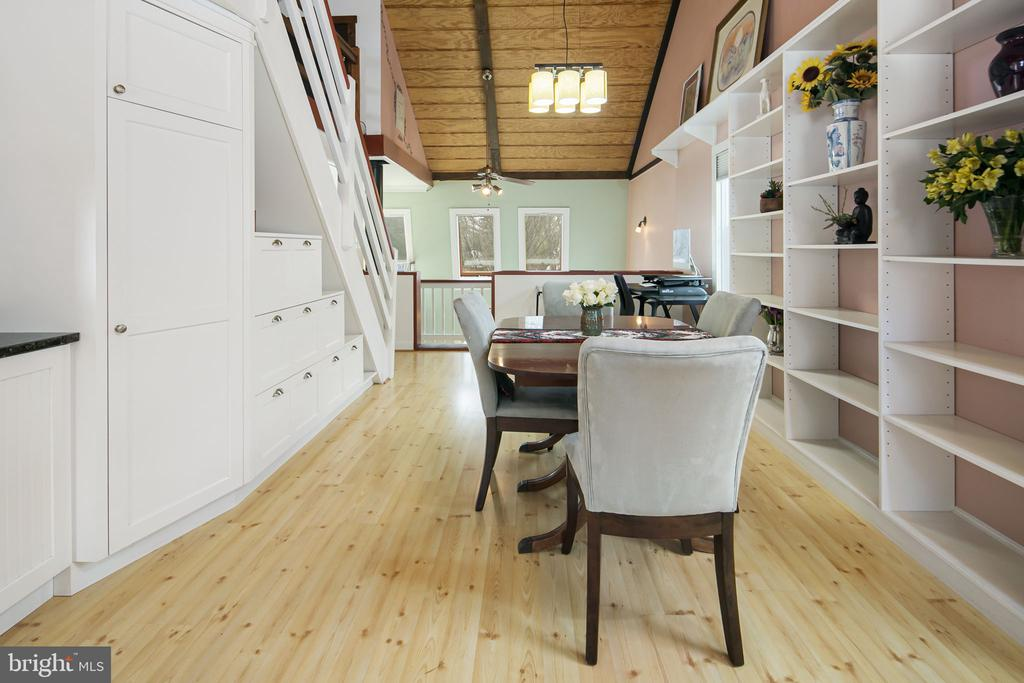 custom Cabinets to utilize all the space - 15 SUNNY WAY, THURMONT
