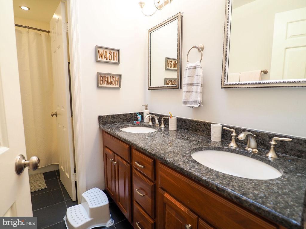 Hall bath bedroom level - 16078 DEER PARK DR, DUMFRIES