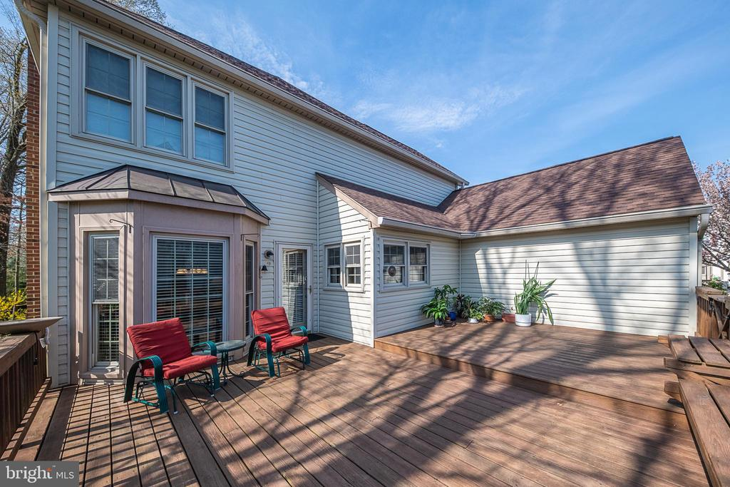 Sunny deck perfect for entertaining - 5207 BRAYWOOD DR, CENTREVILLE