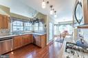 Sun-filled kitchen - 5207 BRAYWOOD DR, CENTREVILLE