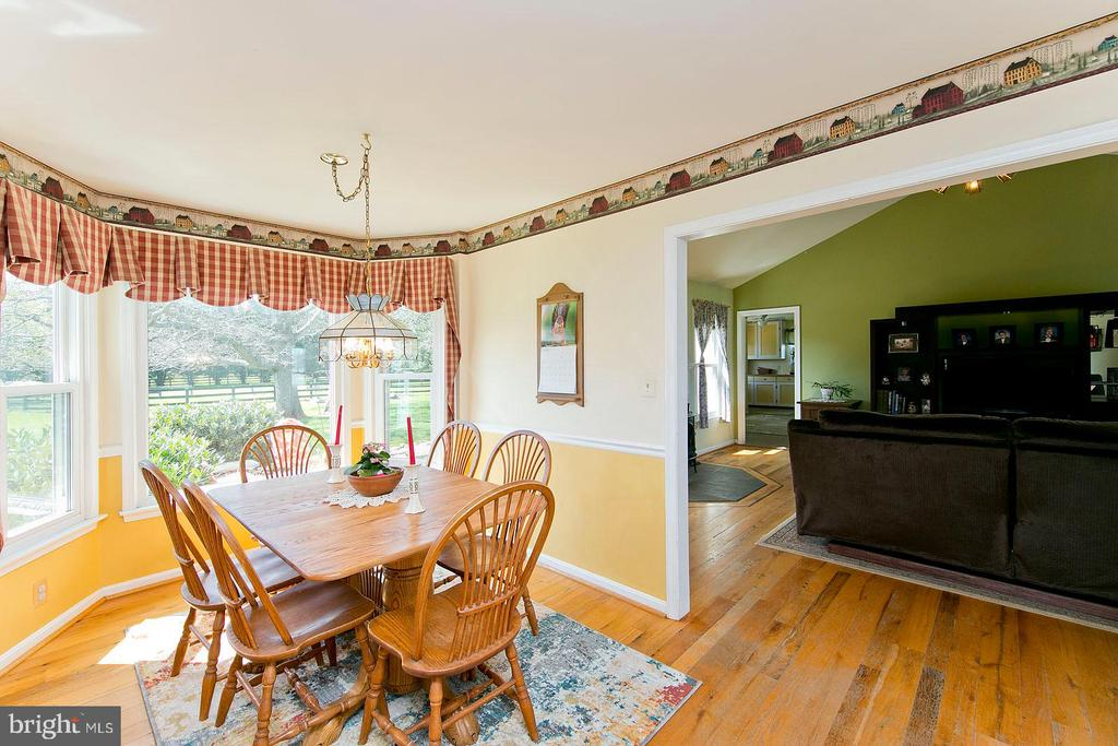 Breakfast area with bay window - 35951 ASHBY FARM CIR, HILLSBORO