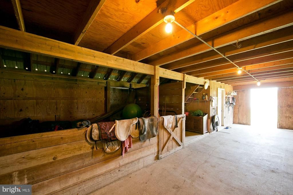 Barn has electric and hot water - 35951 ASHBY FARM CIR, HILLSBORO
