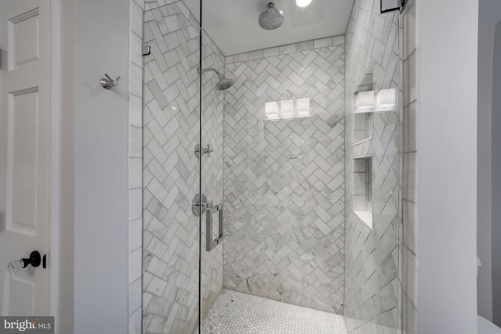 Glass Enclosed Shower with Dual Shower Heads - 1500 N KENILWORTH ST, ARLINGTON