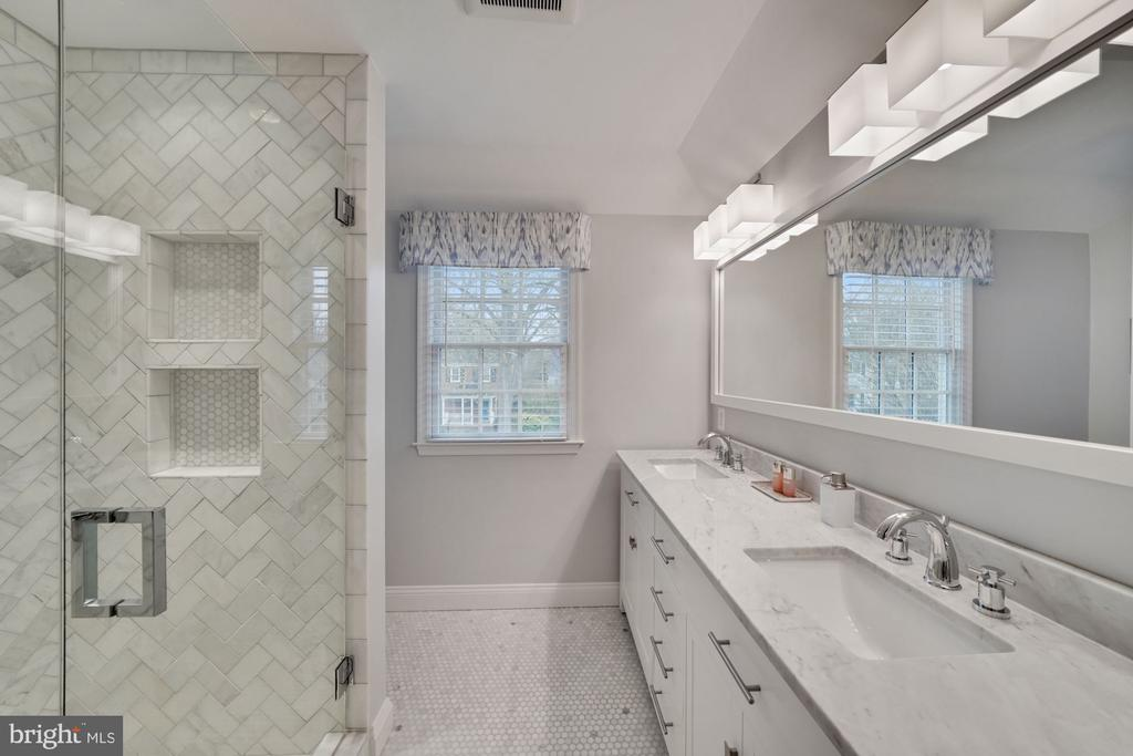 Owner's Bath and Linen Closet - 1500 N KENILWORTH ST, ARLINGTON