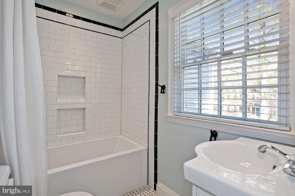 Upper Level Hall Bath - 1500 N KENILWORTH ST, ARLINGTON