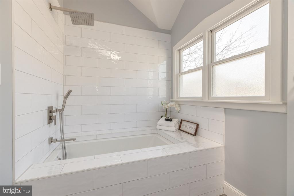 Spa Shower - 31 E LINDEN ST, ALEXANDRIA