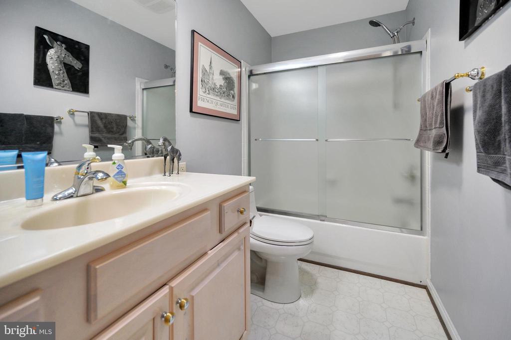 Upper bath - 105 JEFFERSON AVE, LOCUST GROVE