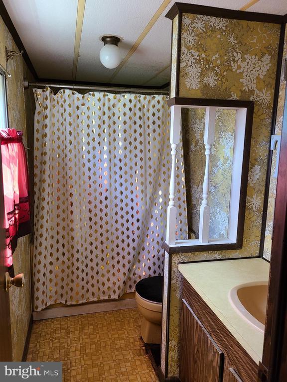 Full Bathroom off of Primary Bedroom - 2843 WARRENTON RD, FREDERICKSBURG